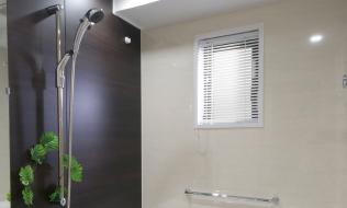 窓のある浴室(ブラインド付)